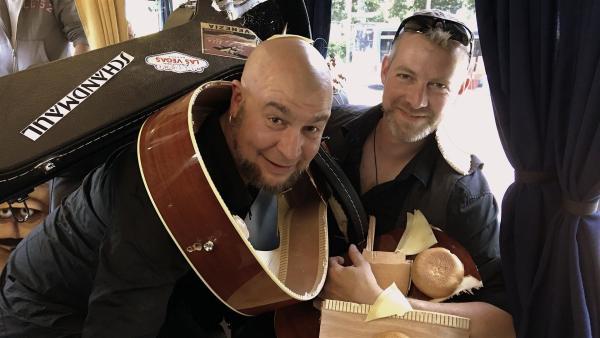 Ein Instrumentenschwund bringt den gemeinsamen Auftritt von Bernd und Schandmaul beinahe in Gefahr. | Rechte: KiKA/bummfilm GmbH/Tommy Krappweis