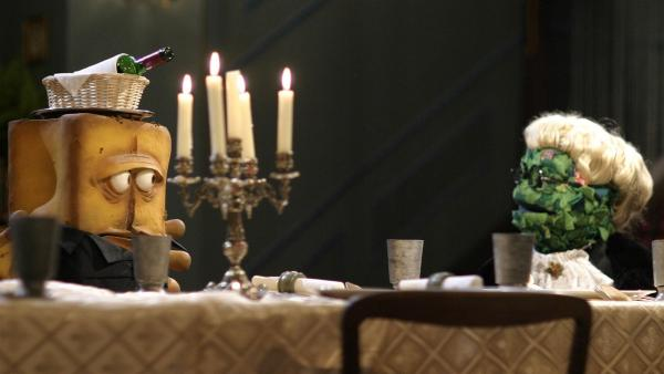 Skól! Den bekanntesten Fernsehgeburtstag aller Zeiten gibt es jetzt mit buschig-brotig-chilischarfer Besetzung, denn Chili das Schaf, Briegel der Busch und, gezwungenermaßen, Bernd das Brot inszenieren eine ganz eigene Version des legendären Silvester-Klassikers.   Rechte: KiKA/Bernd Lammel