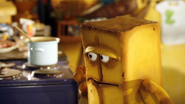 Bernd hat das Haus für sich alleine und kann in Ruhe seine geliebte Mehlsuppe kochen. Als er jedoch die Herdplatte einschaltet, knackst und rauscht es verdächtig. | Rechte: KiKA/Bernd Lammel