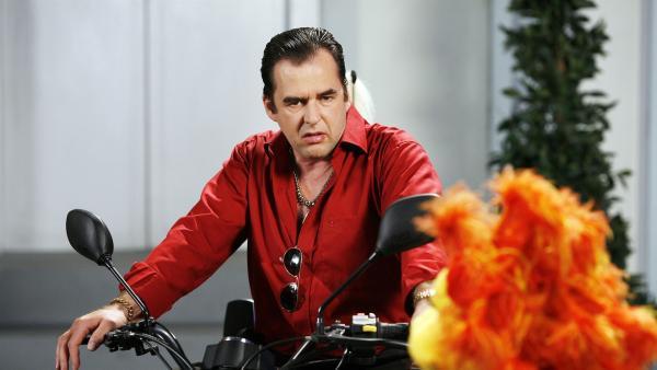 Der Angeber Antonio (Franco Melis) stiehlt mit seiner niegelnagelneuen, sündhaft teuren Maschine Chili die Show. | Rechte: KiKA/Bernd Lammel