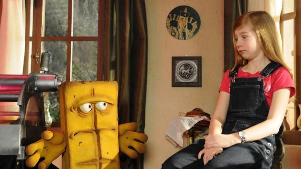 Biggi (Kara McSorley) braucht unbedingt ein ausgefallenens Karnevalskostüm, denn sie möchte einmal ihren Bruder Basti übertrumpfen! Ob Bernd eine Idee hat? | Rechte: KiKA/Christiane Pausch