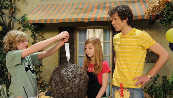 Basti (Josef Dragus) feiert mit Biggi (Kara McSorley) und seinem Vater (Sven Philipp) seinen Geburtstag. Doch der gestaltet sich anders als erwartet. | Rechte: KiKA/Christiane Pausch