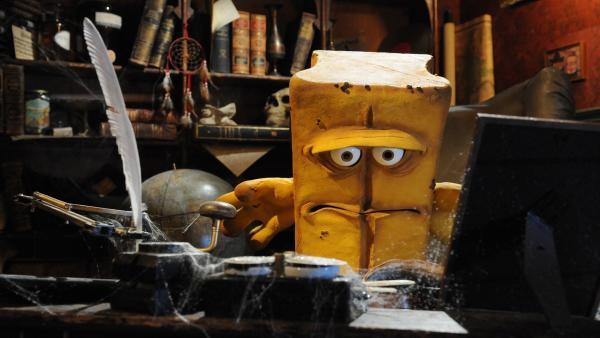 Bernd das Brot findet in einem geheimen Raum die Aufzeichnungen seines Onkels. | Rechte: KiKA/Christiane Pausch