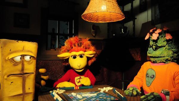 Bernd hat das dumpfe Gefühl, dass sich Chili und Briegel beim Scrabble Wörter ausdenken. | Rechte: KiKA/Christiane Pausch