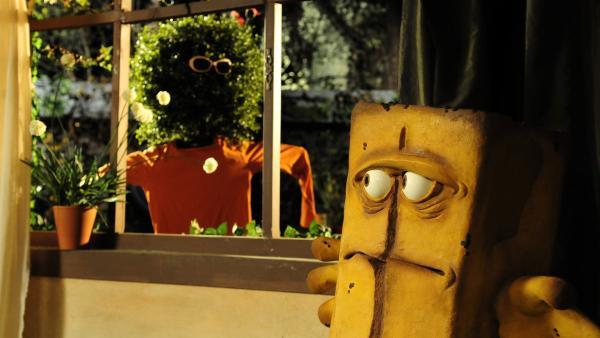 Ein falscher Briegel lauert vor dem Fenster. Bernd durchschaut dieses Ablenkungsmanöver. | Rechte: KiKA/Christiane Pausch