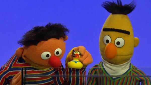 Ernie und Bert mit Qietscheentchen am Aquarium.   Rechte: NDR Foto: Screenshot