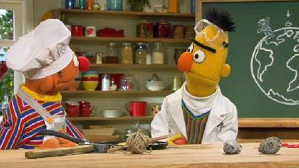 Ernie und Bert machen ein Experiment.   Rechte: NDR Foto: screenshot