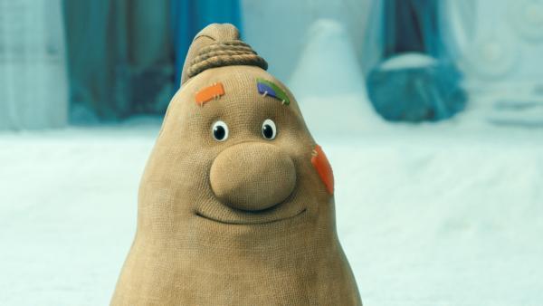 Beutolomäus ist der Geschenkesack des Weihnachtsmannes und wird auch Beuto genannt. Beuto wurde am Computer gezeichnet und spricht und bewegt sich im Film wie ein Mensch. Er ist ein Sack aus braunem Leinen, prall gefüllt, mit zwei Füßen, aber ohne Hände. Beuto hat auch schwarze Knopfaugen, eine große Knollennase und einen Mund. Das obere Ende des Sackes ist wie bei einem Zopf zusammengebunden. An einigen Stellen sind Stoffflicken aufgenäht.  | Rechte: KiKA