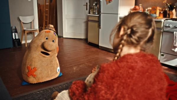 Beutolomäus sucht den wahren Weihnachtsmann und trifft die 8-jährige Paule (Cloé Heinrich). | Rechte: KiKA/WunderWerk