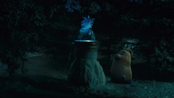 Die Elfe Rosabella (Anna Fischer) hilft Beutolomäus mit einem weihnachtlichen Zauber. | Rechte: KiKA/WunderWerk