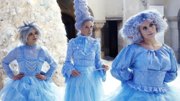 Die drei Weihnachtselfen Rosabella (Anna Fischer), Rosalie (Ramona Krönke) und Rosalba (Annette Strasser) (v.l.n.r.) prüfen, wer der wahre Weihnachtsmann ist. | Rechte: KiKA/WunderWerk/Britta Krehl