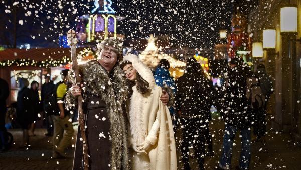 Väterchen Frost  (Detlev Bierstedt) hat sich mit seiner Tochter Schneeflöckchen (Gloria Endres de Oliveira) versöhnt und lässt es nun für Beuto und Sascha schneien. | Rechte: KiKA/WunderWerk/Britta Krehl