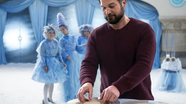 Sascha (Simon Böer) muss als zweite weihnachliche Prüfung einen besonderen Keks backen. | Rechte: KiKA/WunderWerk/Britta Krehl