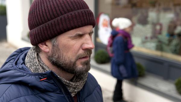 Sascha (Simon Böer) versucht, die Wünsche der Kinder zu hören. | Rechte: KiKA/WunderWerk/Britta Krehl