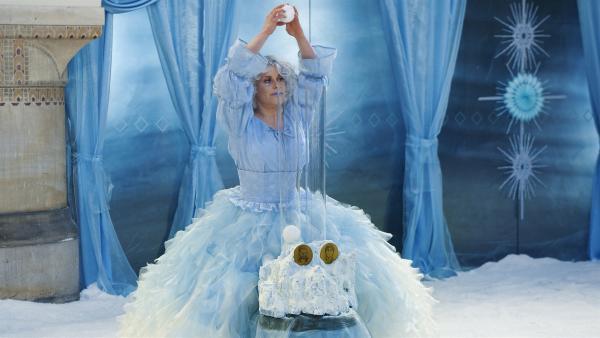Die Elfe Rosalba (Annette Strasser) verkündet den Gewinner der zweiten Prüfung. | Rechte: KiKA/WunderWerk/Britta Krehl