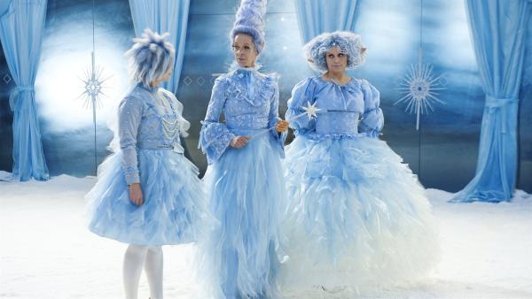 Rosabella (Anna Fischer), Rosalie (Ramona Krönke) und Rosalba (Annette Strasser) beraten über die weihnachtlichen Prüfungen für Sascha und Ruprecht. | Rechte: KiKA/WunderWerk/Britta Krehl
