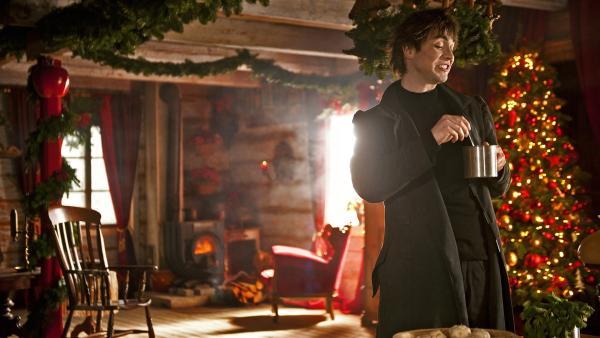 Ruprecht (Björn Harras) heckt den Plan aus, das Herz der Weihnacht zu vergiften. | Rechte: KiKA/WunderWerk/Britta Krehl