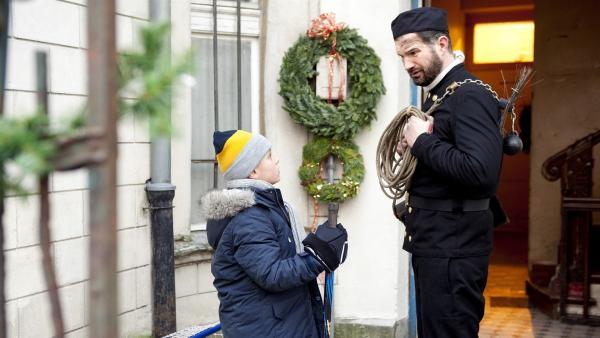 Sascha (Simon Böer) schlägt vor, Max (Santino Bathe) zu trainieren. | Rechte: KiKA/WunderWerk/Britta Krehl