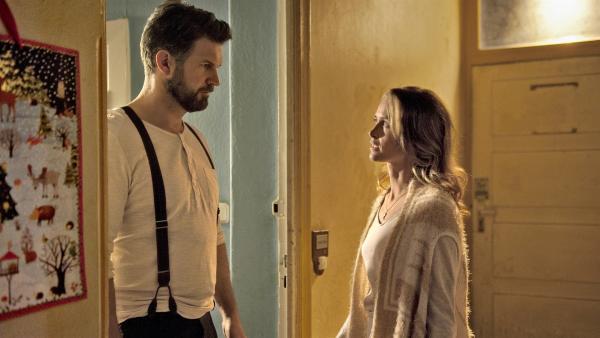 Lena (Inez Bjørg David) macht sich Sorgen um Paule und sucht sie bei ihrem Bruder Sascha (Simon Böer). | Rechte: KiKA/WunderWerk/Britta Krehl