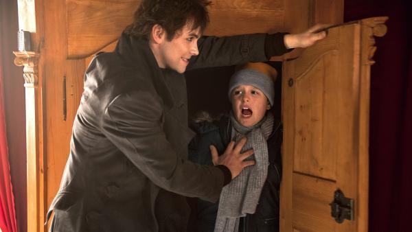 Max (Santino Bathe) wird von Ruprecht (Björn Harras) in den Schrank gesperrt. | Rechte: KiKA/WunderWerk/Britta Krehl