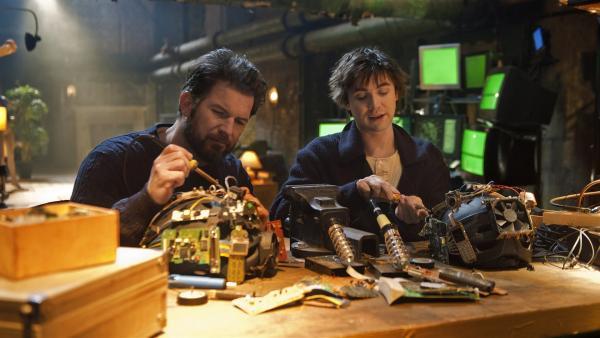 Sascha (Simon Böer) und Ruprecht (Björn Harras) bauen eine Apparatur, um Erinnerungen zu teilen. | Rechte: KiKA/WunderWerk/Britta Krehl