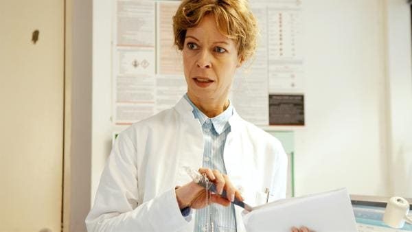 Beuto entdeckt einen Kristall in Rosalies (Ramona Krönke) Büro. | Rechte: KiKA/WunderWerk/Britta Krehl