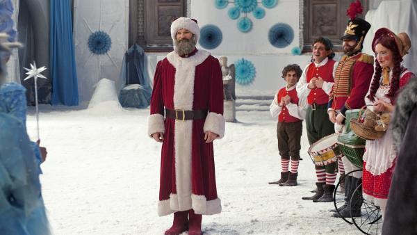 Alle singen mit dem neuen Weihnachtsmann Sascha (Simon Böer). | Rechte: KiKA/WunderWerk/Britta Krehl