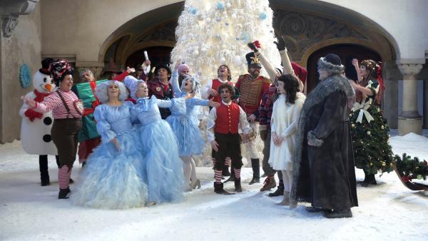 Alle Weihnachtswesen feiern ausgelassen im Weihnachtssaal. | Rechte: KiKA/WunderWerk/Britta Krehl