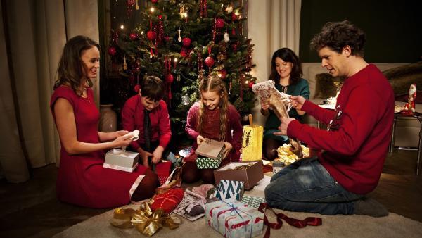 Alle feiern bei Beutolomäus Weihnachten. | Rechte: KiKA/WunderWerk/Britta Krehl