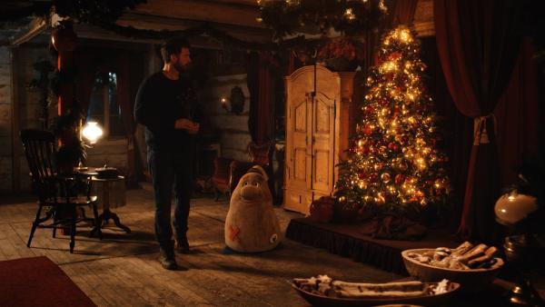 Sascha (Simon Böer) betritt zum ersten Mal das Weihnachtshaus. Das Haus heißt ihn willkommen. | Rechte: KiKA/WunderWerk