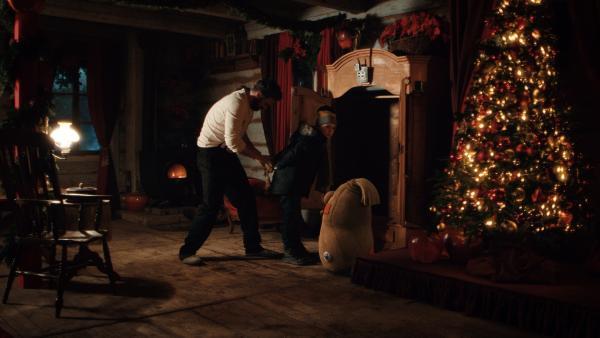 Sascha (Simon Böer) befreit Max (Santino Bathe) und Beutolomäus. Ruprecht hatte beide in einem Schrank eingesperrt. | Rechte: KiKA/WunderWerk