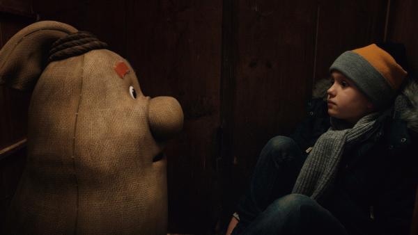 Beutolomäus trifft unverhofft Paules Freund Max (Santino Bathe) in einem Schrank im Weihnachtshaus. | Rechte: KiKA/WunderWerk