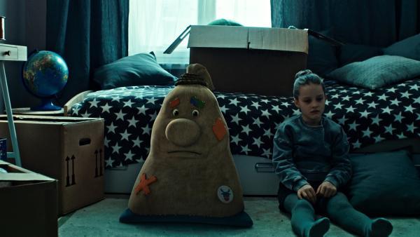Beutolomäus ist tieft traurig. Seine Freundin Paule (Cloé Heinrich) kann sich nicht mehr an Weihnachten erinnern und auch ihn nicht mehr sehen. | Rechte: KiKA/WunderWerk