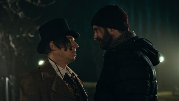 Sascha (Simon Böer) erkennt im Straßenmusiker (Milton Welsh) ein Weihnachtswesen.   Rechte: KiKA/WunderWerk