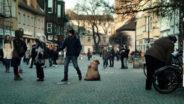 Sascha (Simon Böer) und Beutolomäus suchen die Stadt nach den sechs Kristallen ab, die zusammen das Herz der Weihnacht ergeben. | Rechte: KiKA/WunderWerk