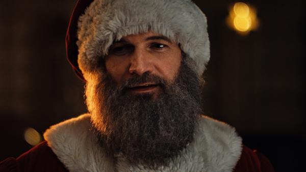Sascha (Simon Böer) ist der neue Weihnachtsmann. | Rechte: KiKA/WunderWerk
