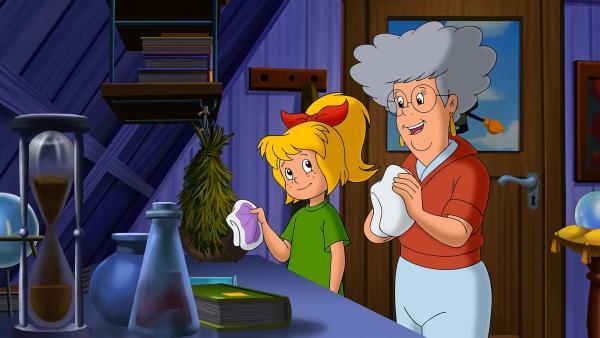 Bibi freut sich, Oma Grete hilft ihr bei ihren Hausaufgaben. | Rechte: ZDF/A. Film A/S und KIDDINX Studios GmbH