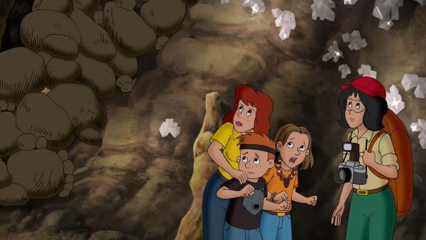 Ein Steinschlag hat Barbara, Karla, Lara und Tino den Rückweg versperrt.   Rechte: ZDF/A. Film A/S und KIDDINX Studios GmbH