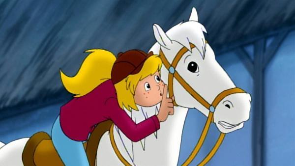 Bibi verbringt ihre Ferien auf dem Reiterhof. Dort reitet sie gern auf ihrem Pferd Sabrina. | Rechte: ZDF/KIDDINX Studios GmbH