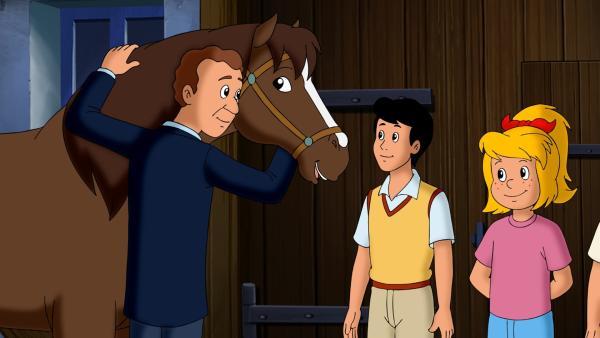 Bibi (r.) versichert Herrn Berger (l.), dass sie sich um sein Pferd Ella kümmern werden, solange er unterwegs ist. | Rechte: ZDF/Kiddinx - Berlin