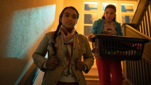 Reena (Sophia Leonie Mauritz, l.) ahnt, dass Finjas (Amelie Rafolt Gomes) Schwester Flora eine unüberlegte Aktion plant. | Rechte: mdr/Saxonia Media/Felix Abraham