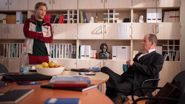 Herr Hauser (Frederic Heidorn, l.) versteht nicht, was mit Anton los ist. Herr Dr. Zech (Olaf Burmeister) will dazu einen Rat erteilen. | Rechte: mdr/Saxonia Media/Felix Abraham