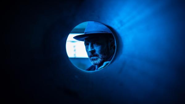 Schulrat Dr. Michael Berger (Robert Schupp) steht vor einer schweren Entscheidung. | Rechte: mdr/Saxonia Media/Felix Abraham