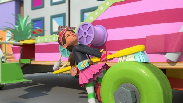 Bitz versucht, die blockierte Bremse der Kutsche zu lösen. | Rechte: KiKA/BBC/Boat Rocker Rights Inc. MMXVIII