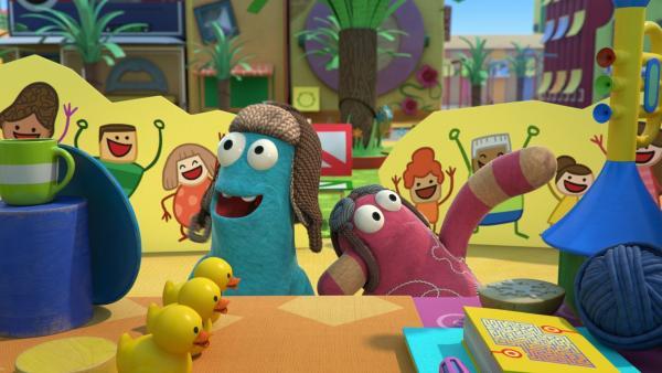 Zip und Pop staunen über die schönen Spielsachen.   Rechte: KiKA/BBC/Boat Rocker Rights Inc. MMXVIII