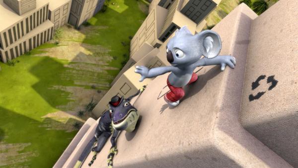 Cranky jagt Blinky auf den höchsten Kartonwolkenkratzer und bekommt dabei selbst Höhenangst.   Rechte: KiKA/Studio 100 Media / Flying Bark