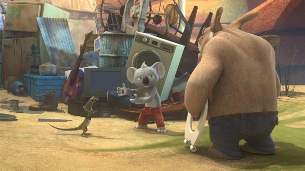 Vergeblich versuchen Blinky und Jacko, Ordnung in Wombos Schrottsammlung, die Cranky ein Dorn im Auge ist, zu bringen.   Rechte: KiKA/Studio 100 Media / Flying Bark