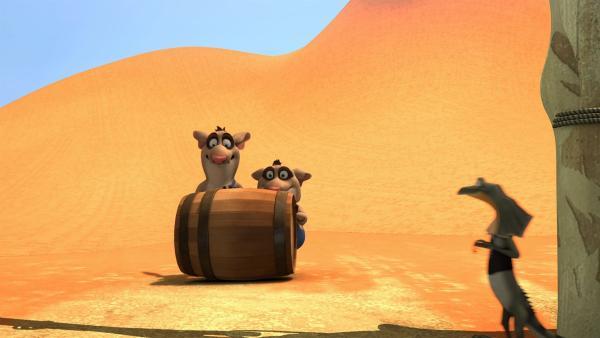 Am Zaun der abgesperrten Dünen ertappen Blinky, Jacko und Daredevil Dave Bandi und Curt dabei, wie sie im Auftrag von Cranky Unmengen von Sand klauen.   Rechte: KiKA/Studio 100 Media / Flying Bark