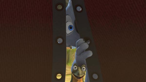 Blinky und Jacko belauschen ein Gespräch,  in dem die Ratzos planen, sich das fehlende Eintrittsgeld durch Diebstähle wiederzuholen. | Rechte: KiKA/Studio 100 Media / Flying Bark