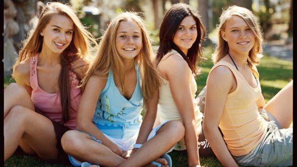 Die vier Mädchen der Blue Water High Surfacademy v.l.n.r.: Perri (Tahyna Tozzi), Bec (Kate Bell) und Anna (Mara Scherzinger) unter Palmen. | Rechte: NDR/Southern Star Entertainment